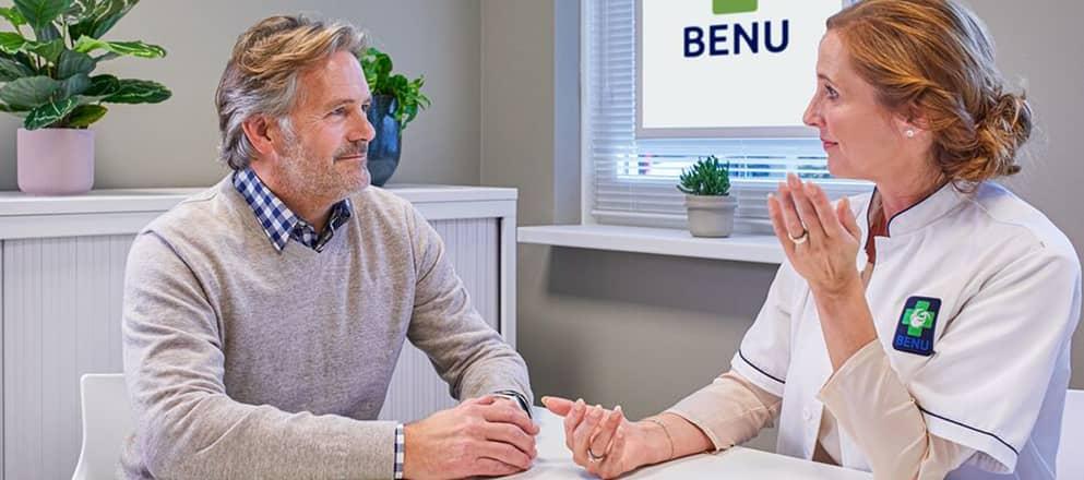 Zorgprofessional van BENU bij een koppel thuis