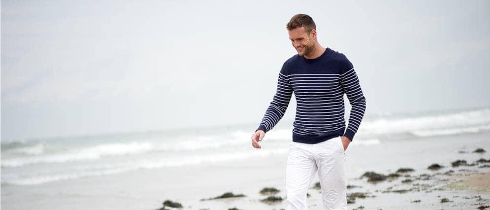 Man maakt ontspannen een strandwandeling.