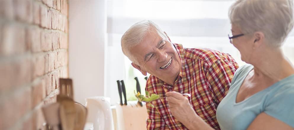 ouder stel maakt salade