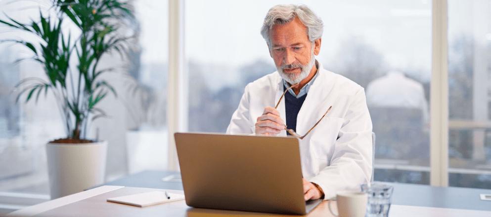 Zorgprofessional die luistert naar een klant