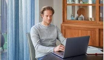 Vrouw doet een zelftest achter haar laptop