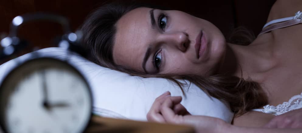 Vrouw ligt wakker in haar bed