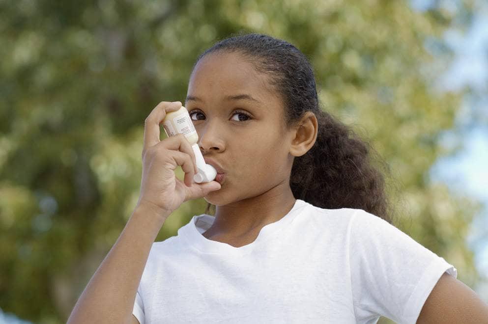 meisje met inhalator