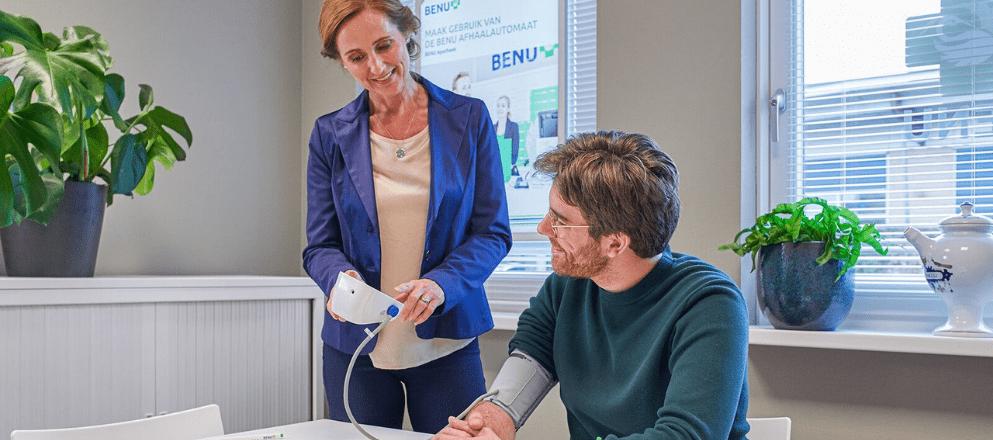 BENU Apotheker met klant die meedoet aan de gezondheidscheck