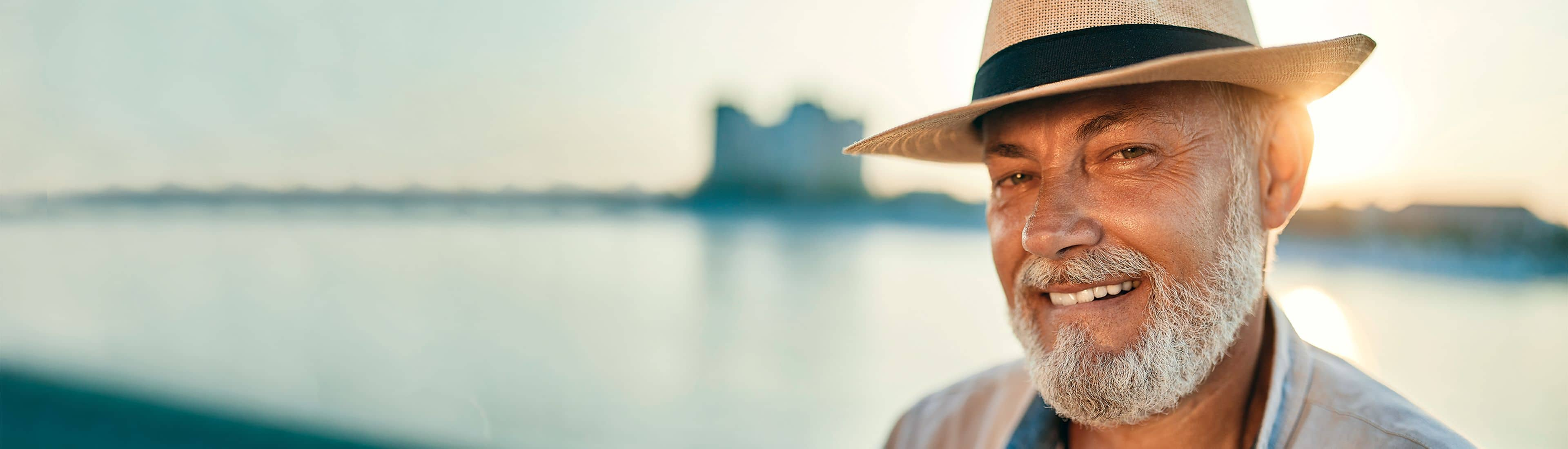 Homepagina banner man met hoed in zomer