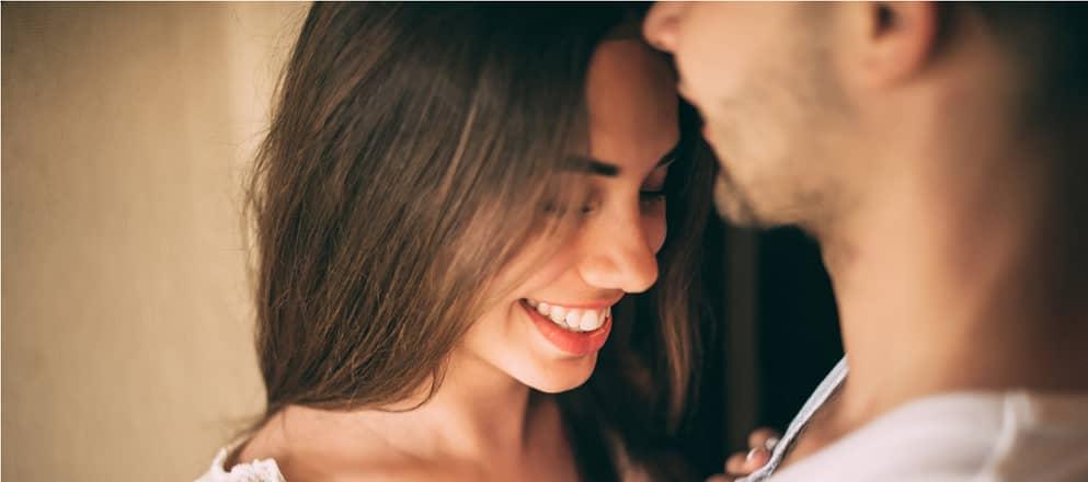man en vrouw omhelzen elkaar