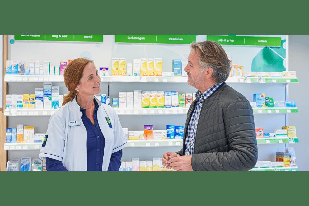 apotheker toont medicijn