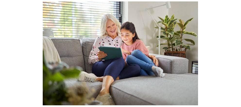 Oudere vrouw en kleindochter met een tablet