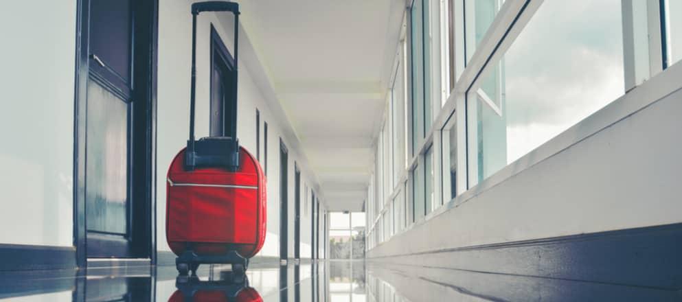 Koffer in de gang van een ziekenhuis