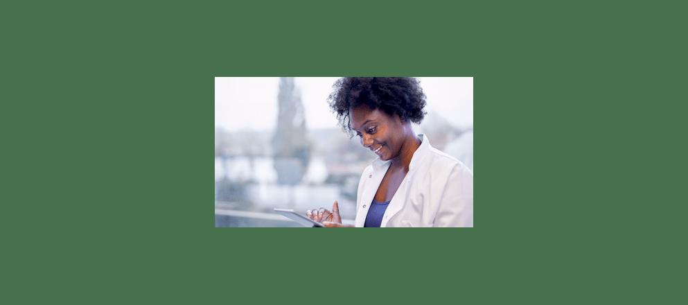 ouder echtpaar aan zee