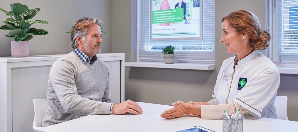 man en apotheker zitten in een spreekkamer