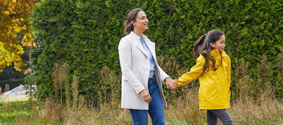 Meisje ligt in het gras met haar moeder