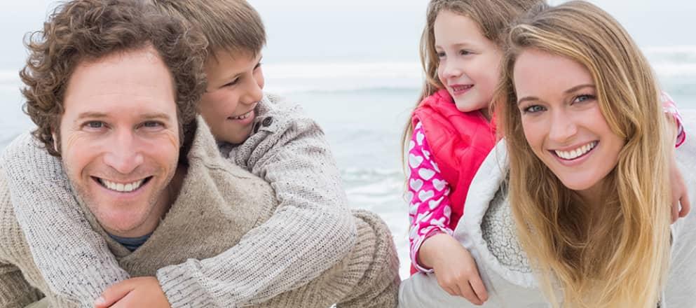 gezin maakt strandwandeling
