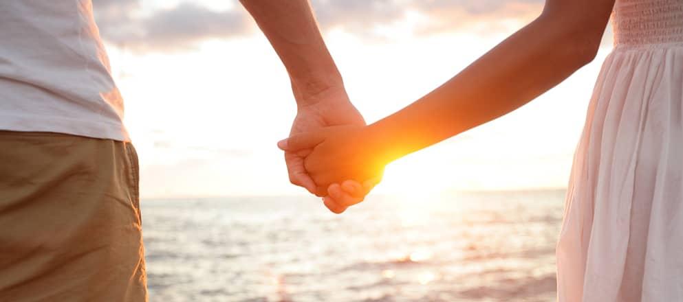 Een man en vrouw lopen hand in hand