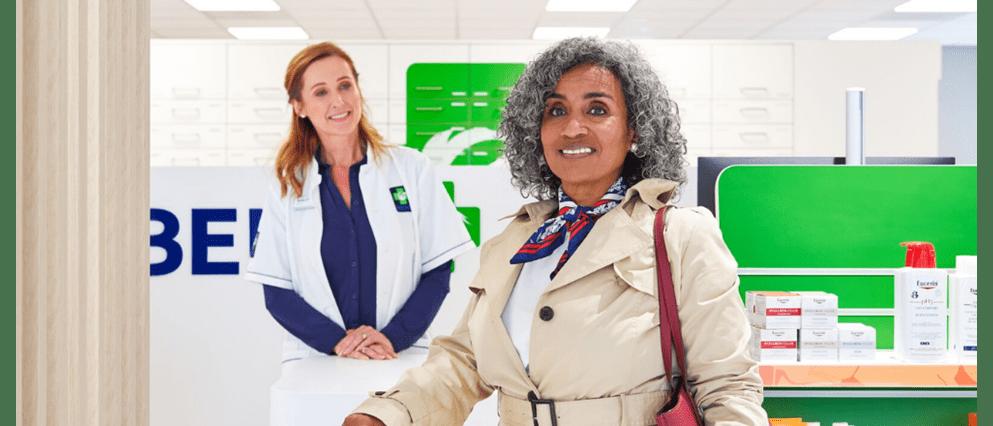 Vrouw haalt medicijnen op bij haar BENU Apotheek.