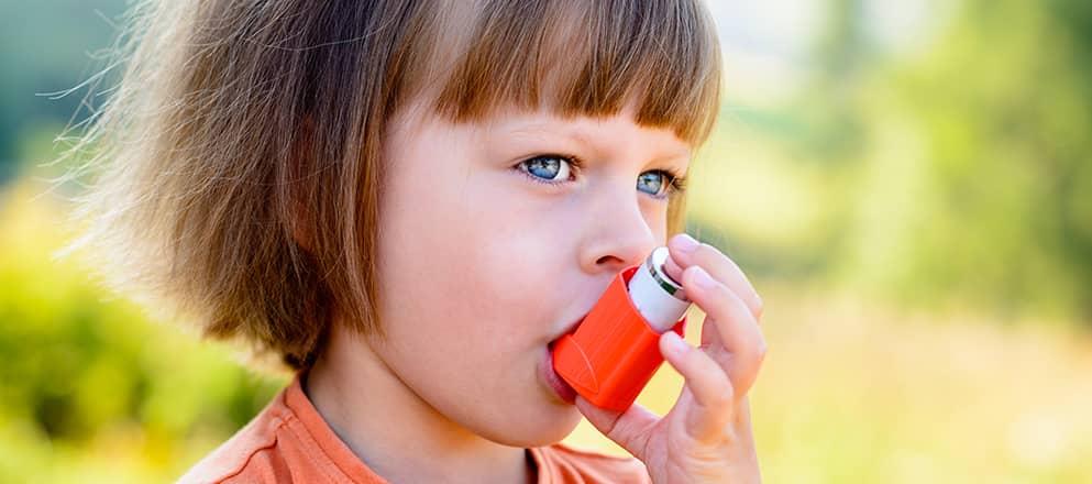 Kind met astma met puffer