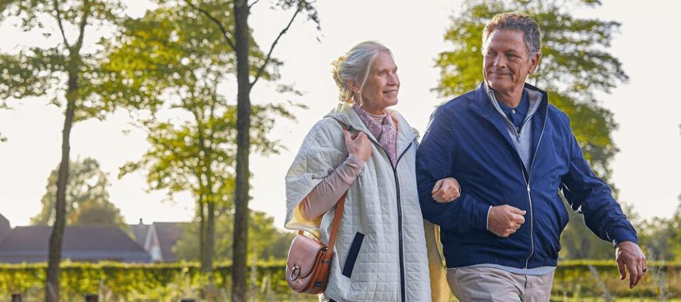 Man en vrouw samen zittend op het strand