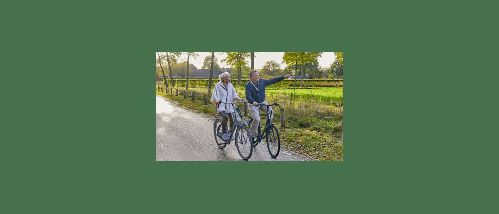 Vrouw van middelbare leeftijd op de fiets op een zonnige dag