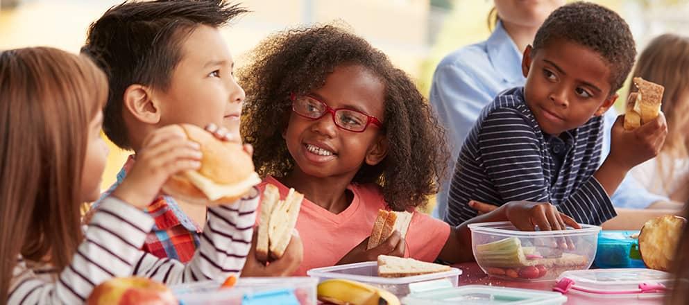 Kindjes eten lunch en brood