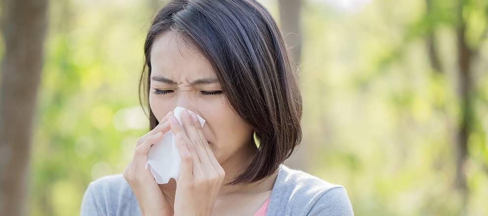 Moeder en dochter zitten in het gras