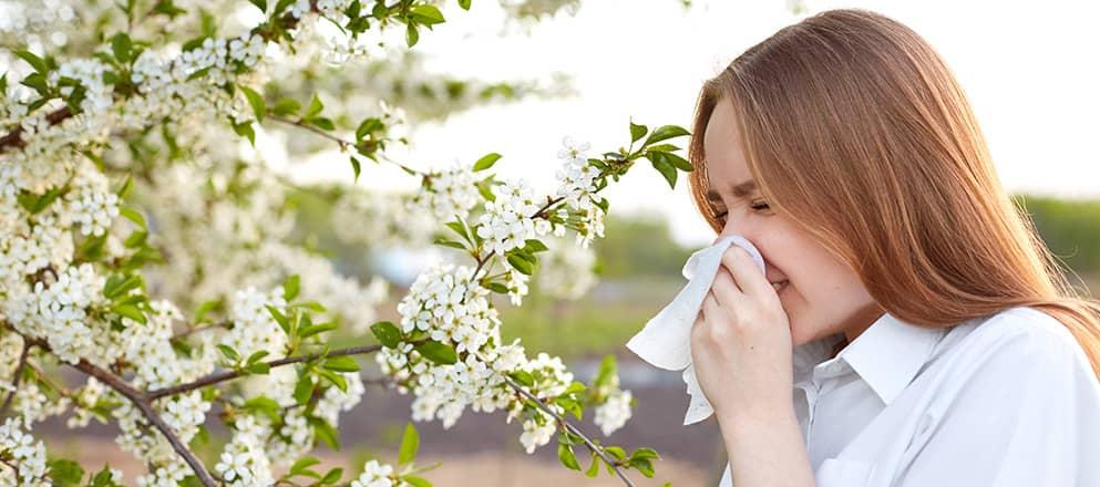 Vrouw met allergisch astma met pollen