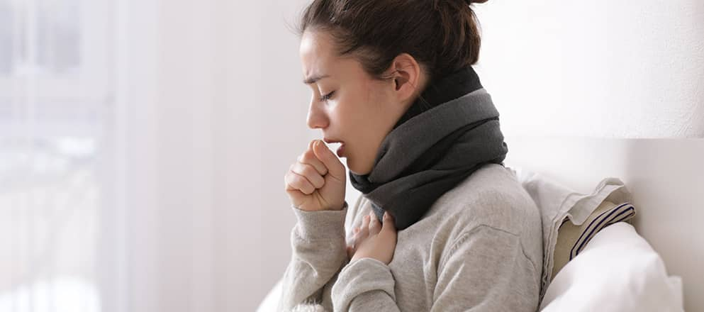 Vrouw met bronchitis die moet hoesten