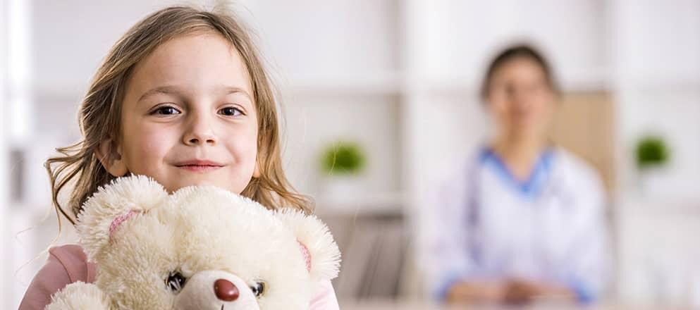 Meisje met beer in ziekenhuis