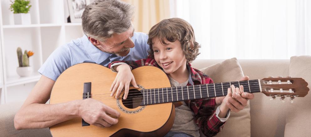 Opa speelt gitaar met kleindochter