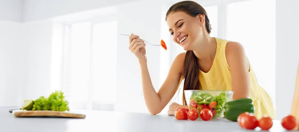 Vrouw eet een heerlijke salade