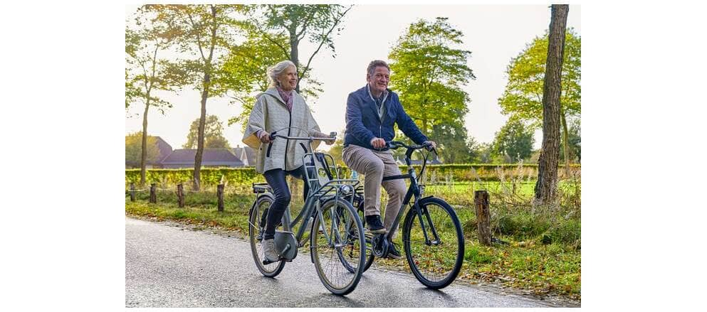 Vader en moeder gaan op reis terwijl zoon hen uitzwaait