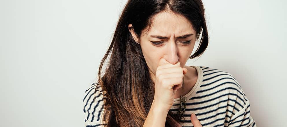 Vrouw met astma die moet hoesten