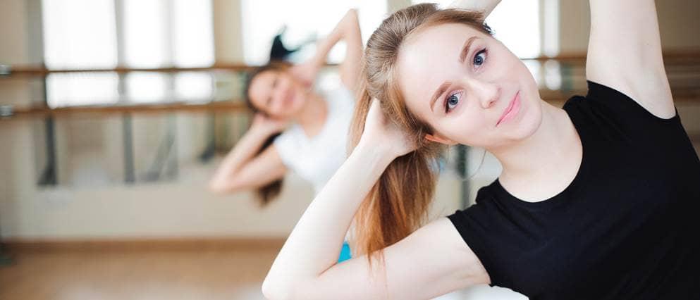 vrouw doet rek- en strekoefeningen
