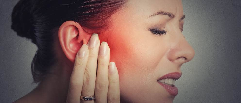 vrouw met oorpijn