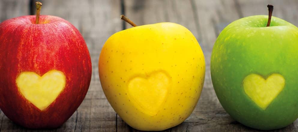 rode, gele en groene appel met uitgesneden hartje