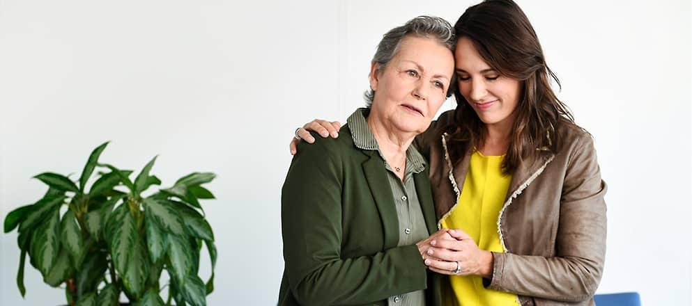 Vrouw houd oudere dame vast