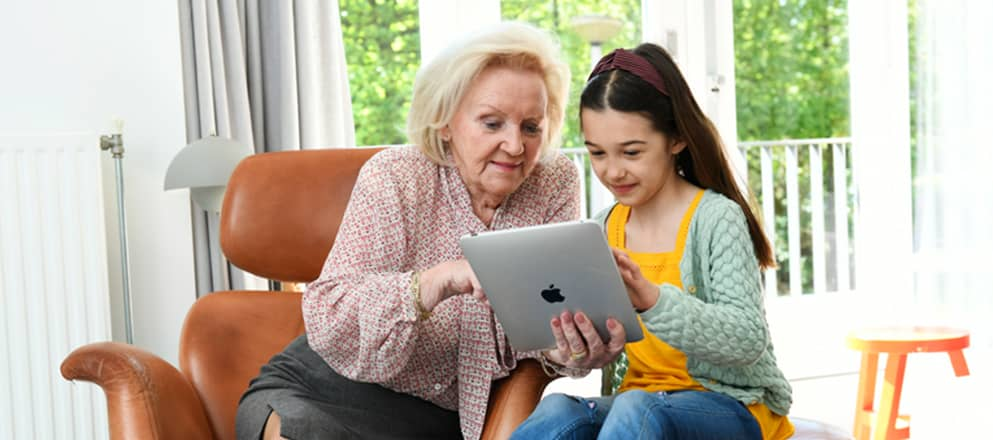 Oma en kleindochter op de tablet