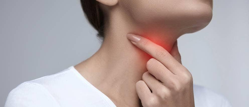 vrouw met keelpijn