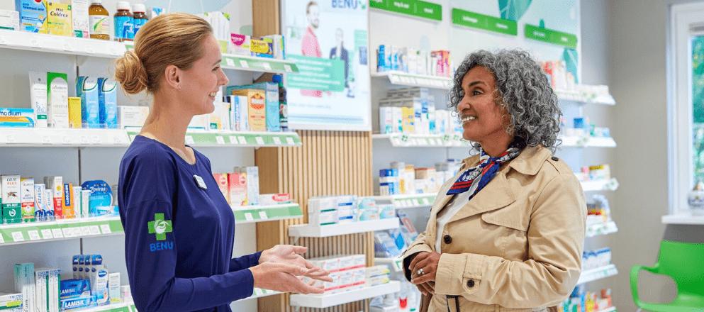 Een apotheker beantwoord vragen van een vrouw