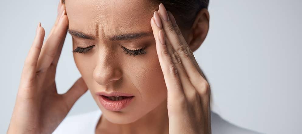 Vrouw met bloedarmoede met hoofdpijn