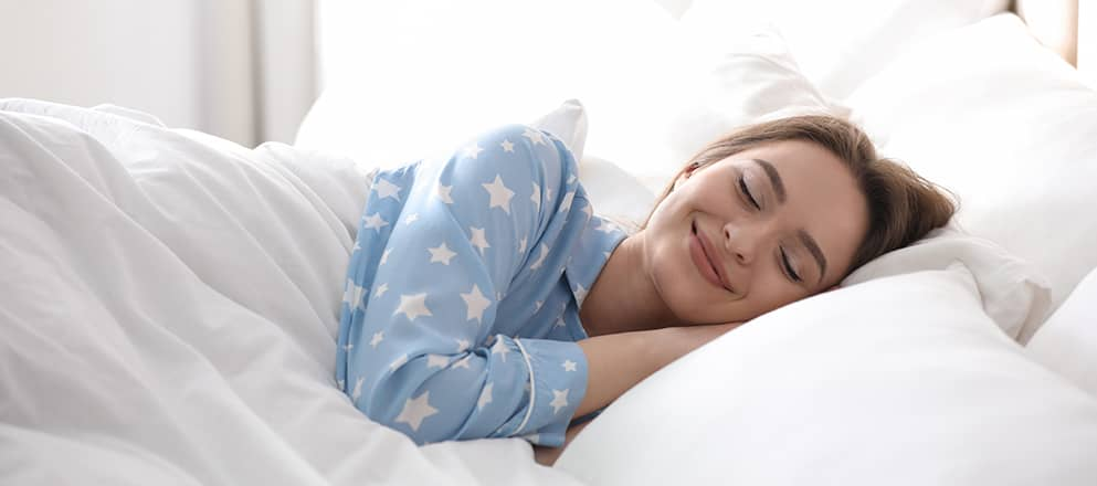 Vrouw die ligt te slapen in bed
