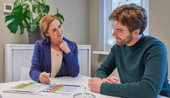 Apotheker bespreekt resultaten met klant