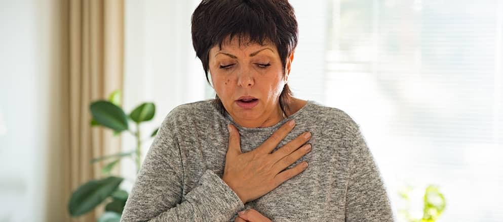 Vrouw met COPD die moet hoesten