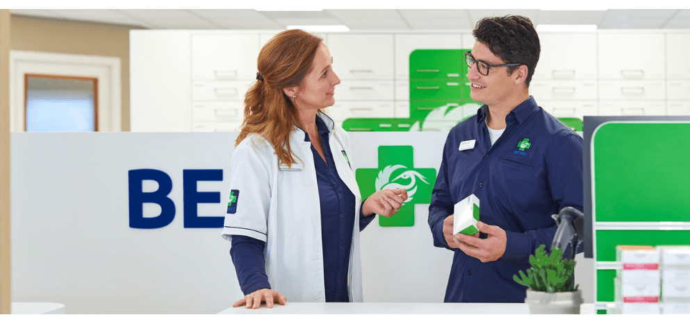 2 apothekersassistenten aan het werk in de BENU Aptotheek