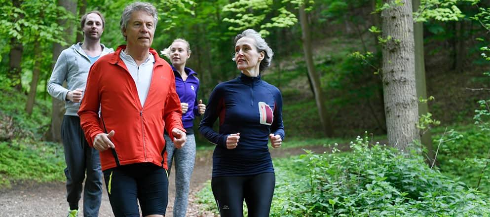 Mensen aan het hardlopen in het bos