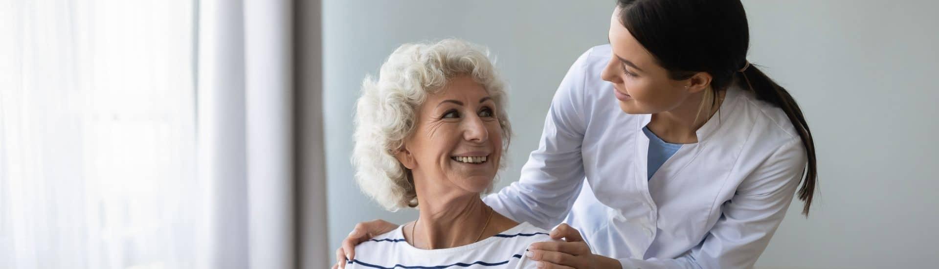 Vrouwelijke klant met vrouwelijke zorgprofessional naast elkaar