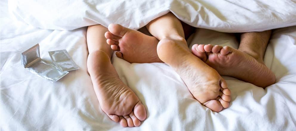 2 stel voeten in bed