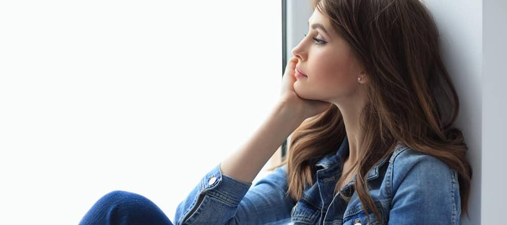 Jonge vrouw staart voor zich uit