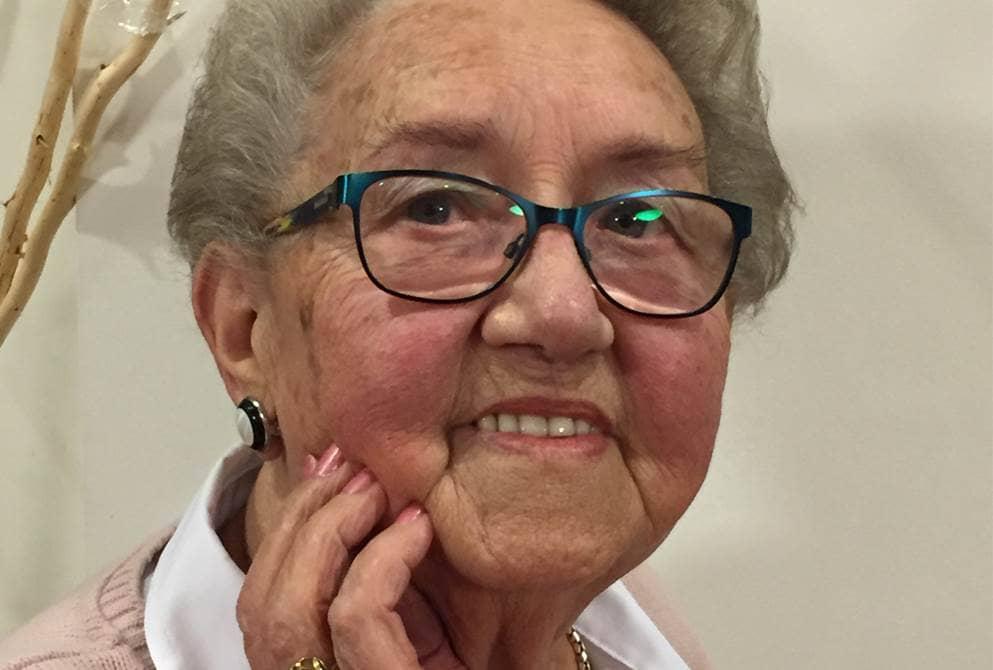 Oudere dame van 83 jaar, lachend naar de camera.